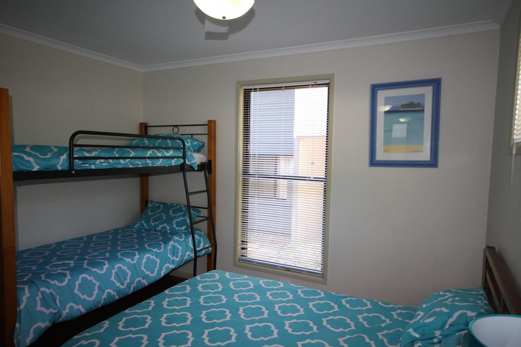 1 Naiad Court - Lowset family home with swimming pool and covered deck. Pet friendly - Accommodation Newcastle