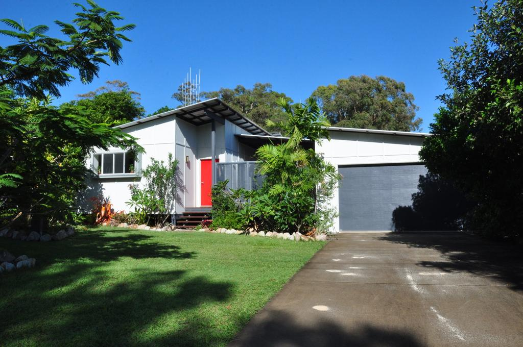 10 Double Island Drive - Modern family home centrally located swimming pool  outdoor area - Accommodation Newcastle