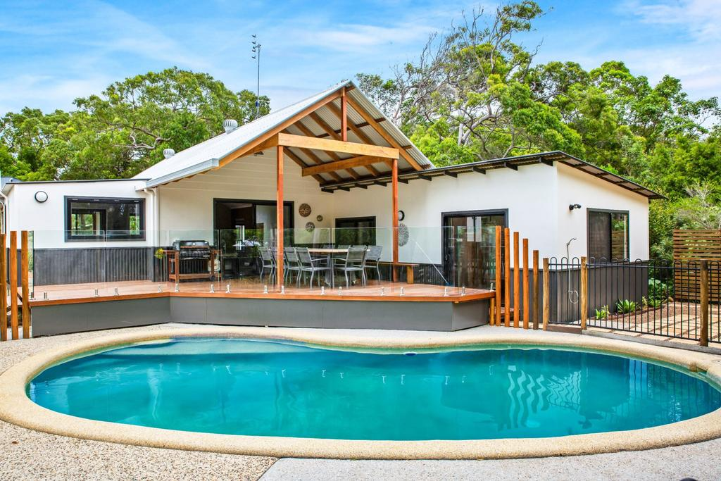 11 Naiad Court - Rainbow Shores Fantastic Family Retreat Swimming Pool 200m to beach Free Wi-Fi - Accommodation Newcastle